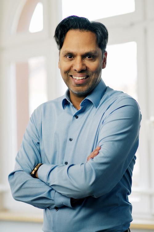Porträt von Murtaza Akbar im hellblauen Hemd
